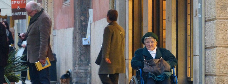 20140320 Signora anziana carrozzina attesa via Stella Verona