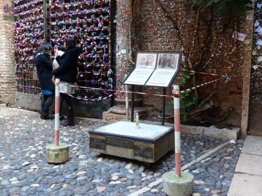 20140305 Cortile Casa di Giulietta con statua in miniatura 3