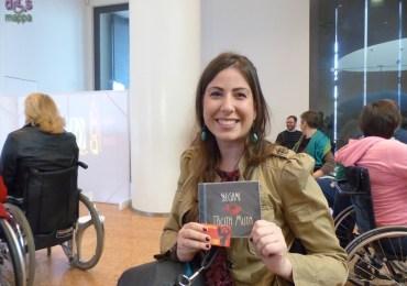 la cantante Anastasia Brugnoli con il cd dei Tacita Muta alla Mostra Cambio di prospettiva di disMappa