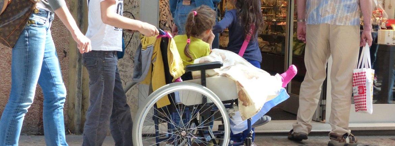20140406 Bambina in carrozzina via Cappello Verona