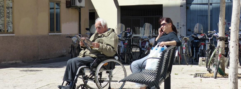 20140417Anziano in carrina che legge Verona