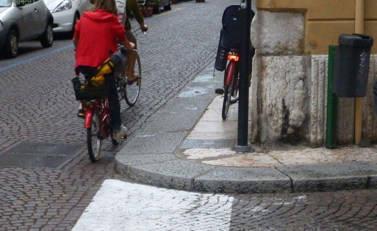 marciapiede via Zambelli Verona barriera architettonica