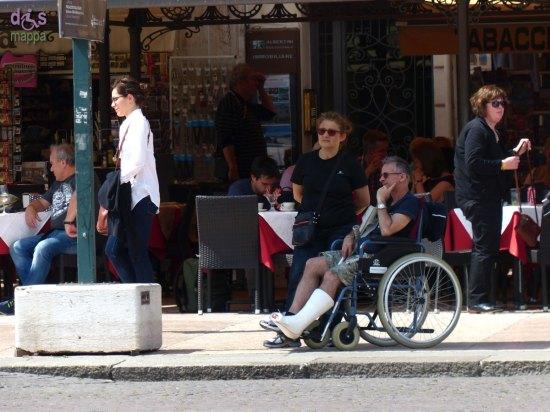 20140517 Turista carrozzina gamba ingessata Verona