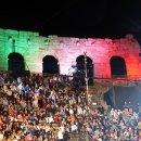 La bandiera italiana proiettata sull'ala dell'Arena di Verona all'anteprima del festival lirico areniano