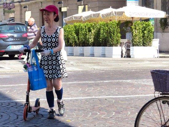 20140610 Turista giapponese monopattino Verona