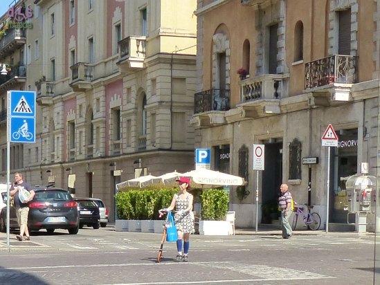 20140610 Verona turista giapponese monopattino