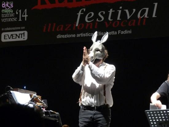 Vinicio Capossela ringrazia il pubblico alla fine del concerto per il Festival Rumors al Teatro romano di Verona