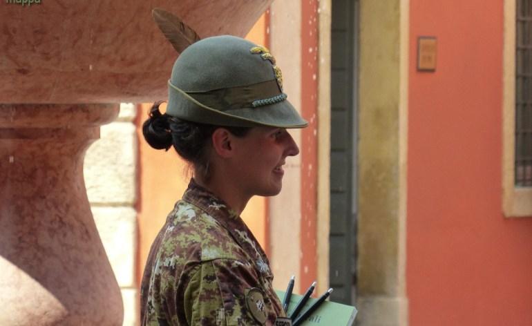 Alpino donna durante la mostra a Palazzo Carli a Verona