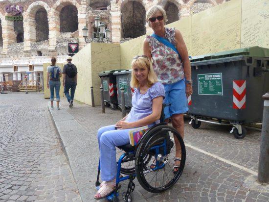 Ragazza tedesca in carrozzina con amica in vacanza a Verona, davanti all'Arena