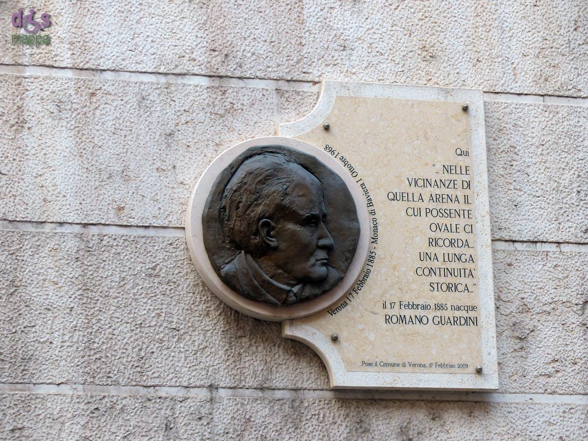 La targa commemorativa per il filosofo Romano Guardini, in via Leoncino a Verona