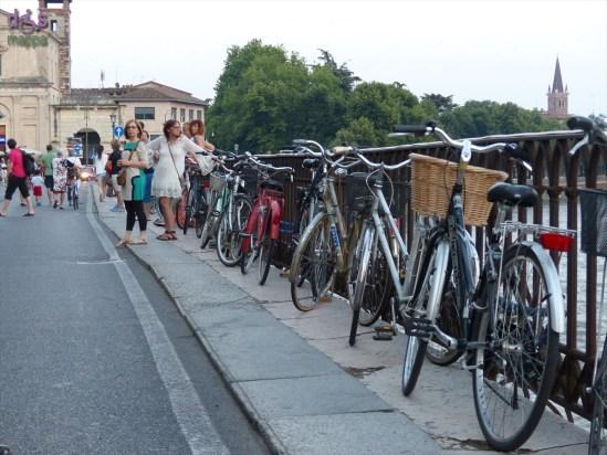 Biciclette parcheggiate sul Lungadige di fronte al Teatro romano di Verona