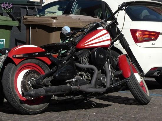 Motocicletta Harley Davidson bianca e rossa parcheggiata in centro storico a Verona