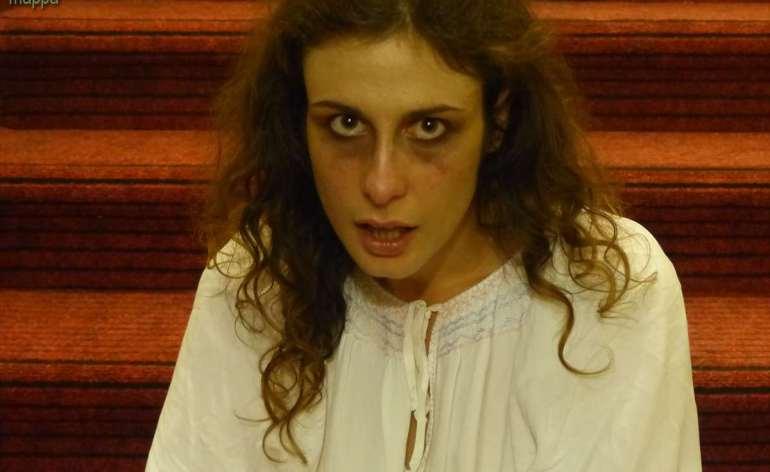 L'attrice Giulia Cailotto testimone di accessibilità durante lo spettacolo itinerante Sognando Shakespeare al Piccolo Teatro di Giulietta di Verona