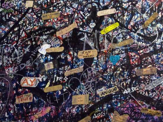 Nelle pareti all'entrata della Casa di Giulietta (Verona) ai graffiti si sono aggiunti cerotti con i messaggi degli innamorati