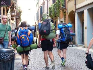 In questi giorni a Verona molti gruppi di scout da varie regioni d'Italia, pronti a riunirsi in Toscana in 35000 per il raduno nazionale.