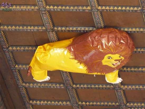 Palloncino gonfiabile a forma di leone sul soffitto del porticato in Corte Mercato Vecchio a Verona