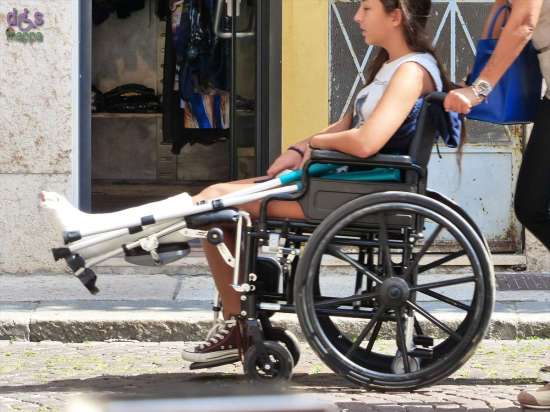 Ragazza in carrozzina per gamba ingessata a Verona
