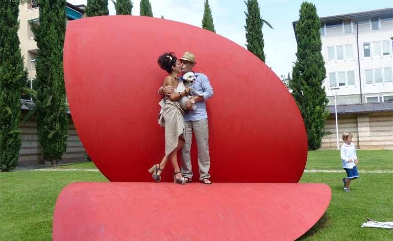 Simona e Martin raggianti testimoni di accessibilità ( in italiano e tedesco) dopo il loro matrimonio, sulla scultura A cuore aperto alla Tomba di Giulietta