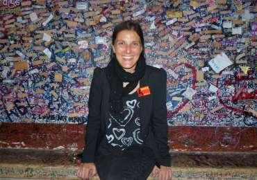 Paola Degiuli del Teatro Nuovo di Verona testimone di accessibilità per disMappa dal cortile della casa di Giulietta