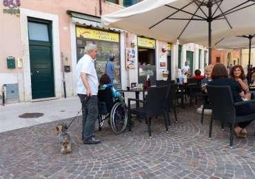 Ragazza disabile in carrozzina in un bar a San Zeno a Verona