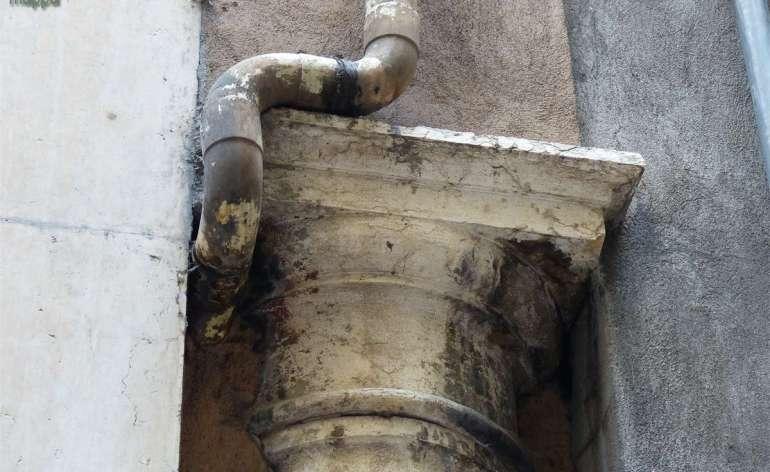 20140913 Colonna incastonata nel muro con tubi Verona