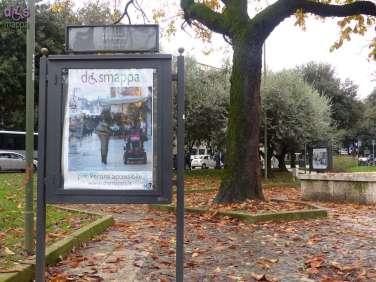 Giardini Pradaval 1-8 dicembre 2014 In occasione della Giornata dei diritti delle persone con disabilità, 3 dicembre, sono esposti da oggi, nelle teche messe a disposizione dalla Prima Circoscrizione Centro storico, 16 manifesti con fotografie di persone che visitano Verona su sedia a rotelle, nell'intento di promuovere la cultura dell'accessibilità per tutti nella città di Giulietta e Romeo.