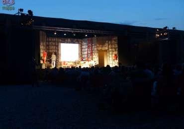 """Rassegna estiva di teatro con particolare attenzione alle nuove drammaturgie coorganizzata la II^ Circoscrizione del Comune di Verona [8^edizione] vedi locandina Ritorna il teatro a riempire i suggestivi spazi dell'arsenale di Verona, un """"cortile"""" inventato dal Teatro Impiria 8 anni fa, dove trascorrere piacevoli serate nel segno della cultura, del divertimento e dello stare insieme. Il numeroso pubblico intervenuto nelle diverse serate degli scorsi anni ha apprezzato la bellezza del posto e della proposta culturale. estate 2015 martedì 17 giugno ore 21.30 Gruppo Cantieri Invisibili (Verona) EL RITORNO DE SIMEON Testo e regia di Matteo Spiazzi Da un canovaccio originale di Commedia dell'Arte, una scoppiettante commedia incentrata non solo sulla maschera tipica di Verona, quella del Simeon del'Isolo, quanto piuttosto tesa a far risaltare tutto un sistema commerciale e umano di quel quartiere dell'Isolo che un tempo grazie ai molti canali che lo percorrevano, veniva anche definito la """"Piccola Venezia"""". mercoledì 17 giugno ore 21.30 Matteo Montaperto IO AMO, TU AMI, EGLI… NO! scritto e diretto da Matteo Montaperto con Serena Filippini, Alessio Soldà, Matteo Montaperto L'uomo e la donna. Il maschio e la femmina, insomma. Queste due categorie, se unite, danno vita (talvolta) a quel meccanismo mai ben definito nei secoli dei secoli chiamato 'coppia'. La coppia non è un semplice stare insieme, è un confine, una ritualità, un modo d'essere e soprattutto…uno specchio inequivocabile di ciò che siamo nella realtà. Questo spettacolo raccoglie svariati aneddoti sul mondo circoscritto della coppia. Esplora in maniera comica e divertente da più punti di vista l'essenza più profonda dello stare insieme. 'Le coppie son belle perché son varie' potremmo dire. I testi raccolti e interpretati in questa messa in scena parlano tutti d'amore. I tre attori sul palco parleranno quindi d'amore…con amore! Non vi resterà che farvi trascinare dalle risate cercando di capire, a fine spettacolo, s"""