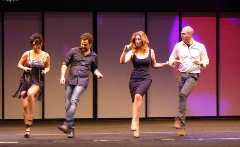 Applausi finali (dopo le tante risate) per Vanessa Incontrada, Gabriele Pignotta, Fabio Avaro e Siddhartha Prestinari in Mi piaci perché sei così, e loro e ringraziamenti al pubblico di Verona
