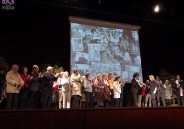 Grande commozione e tanti applausi dal pubblico dell'Auditorium della Gran Guardia per gli esuli veronesi sul palco al termine dello spettacolo diSimone Cristicchi