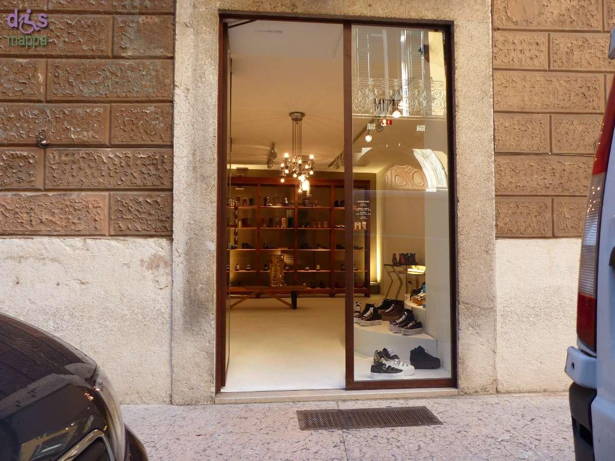 Il negozio di calzature Mitte, inaugurato nel settembre 2014 in via Scudo di Francia 8, è accessibile a chi si sposta in carrozzina: l'entrata presenta solo uno scalino molto basso, i locali sono spaziosi.