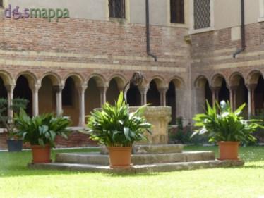 Il Chiostro della Cattedrale di Verona, a cui si accede dal vicolo a destra guardando il Duomo, non presenta barriere architettoniche per chi si muove in carrozzina. Il chiostro fu costruito in età carolingia (IX secolo), a seguito della rifondazione da parte di Ratoldo e Pacifico della Schola Sacerdotum, per raccordare le abitazioni dei canonici e gli ambienti indispensabili alla vita dell'importante istituzione, come la biblioteca e l'archivio; fu riedificato in forme romaniche dopo il 1117. Disposto originariamente su tre lati, mancava di quello sud (metà del secolo XVI). Il chiostro presenta sequenze di archi a tutto sesto, con doppia ghiera, sostenuti da colonnine binate; sul lato est gli archi si ripetono anche in un secondo registro.