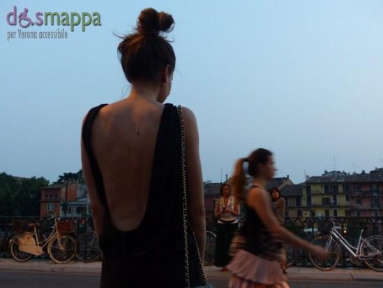 Ragazza in vestito da sera nero con profonda scollatura sulla schiena fuori il Teatro Romani di Verona