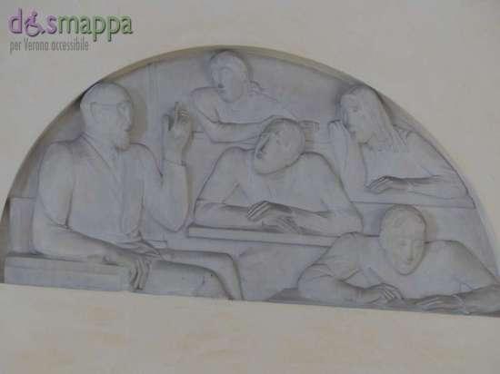 Sarà completato nei prossimi giorni il restauro delle lunette - bassorilievi sovrapporta - che decorano l'atrio di Palazzo Barbieri. L'intervento, effettuato nell'ambito della convenzione tra il Comune di Verona - Direzione dei Musei Civici e l'Accademia di Belle Arti di Verona con la collaborazione della Soprintendenza dei Beni Culturali di Verona, è stato realizzato a titolo gratuito dagli studenti dell'Accademia. Il restauro ha riguardato interventi di pulitura e di sistemazione delle 6 lunette in gesso, presenti sopra le porte dell'atrio principale d'ingresso del palazzo e raffiguranti le funzioni municipali e civiche ed il buon governo, realizzate nel 1950 dagli artisti veronesi Mario Salazzari e Berto Zampieri. Una di queste, compiuta da Salazzari, rappresenta la funzione di governo della Giunta municipale e ritrae in primo piano il sindaco Aldo Fedeli e il vicesindaco Giuseppe Trabucchi, protagonisti della ricostruzione di Verona nel secondo dopoguerra. Le altre lunette raffigurano allegoricamente: i lavori pubblici, la gestione economica, la pubblica istruzione, la sanità e l'assistenza.