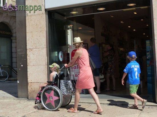 20150727-Bambina-carrozzina-stella-turisti-Verona-dismappa