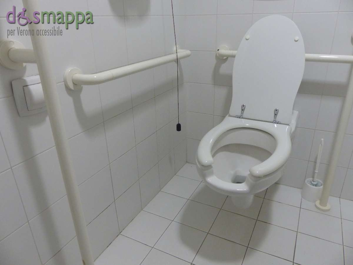 Il bagno riservato alle persone con disabilità nel negozio Trony di via Cappello a Verona è situato al piano terra in fondo.Per potervi accedere ènecessario chiedere agli addetti di aprirlo. Dispone anche di fasciatoio.