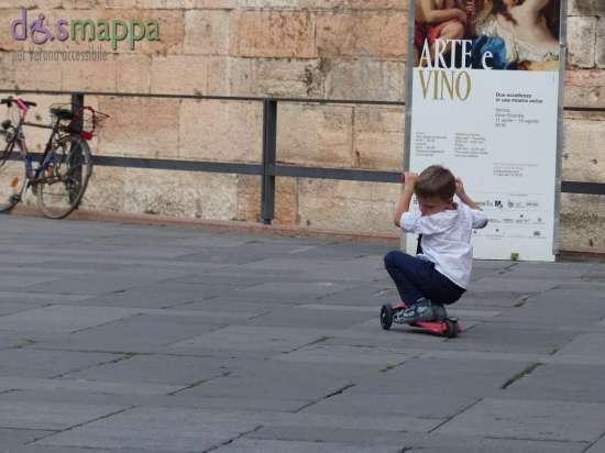 20150907 Bambino monopattino Piazza dei Signori Verona dismappa 6