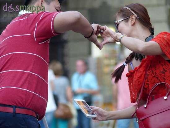 20150907 Turisti Piazza dei Signori foto cellulare cuore dismappa 2