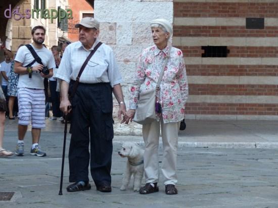 20150918 Coppia anziani mano nella mano Verona dismappa 3