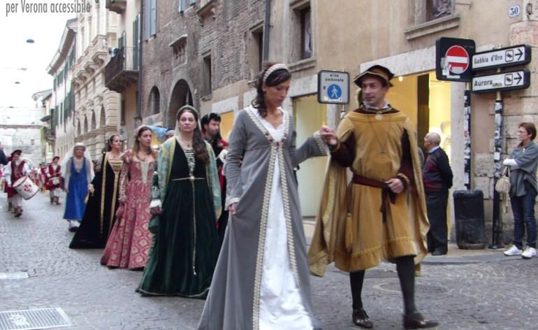 Rievocazione storica delle nozze di Cangrande con Giovanna di Svevia Principessa di Antiochia, il corteo con sbandieratori in Corso Porta Borsari a Verona