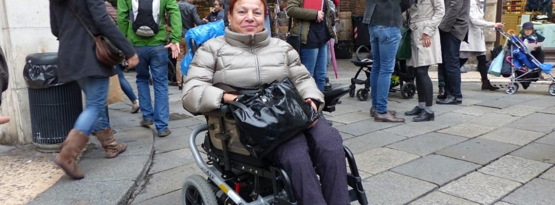 20151018 Signora disabile carrozzina Piazza delle Erbe Verona dismappa