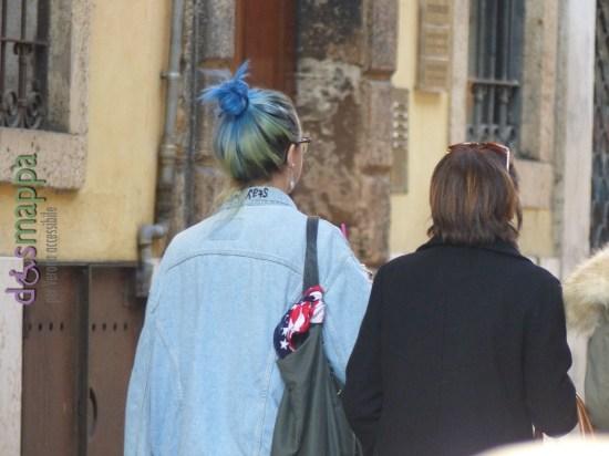 20151108 ragazza capelli giallo blu Verona dismappa