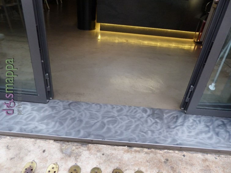 Locanda Navona, nella omonima piazzetta antistante il Teatro Nuovo di Verona, è uno spazioso locale suddiviso in Caffè/bar per colazioni e aperitivi e locanda per pranzi e cene, oltre all'ampio spazio esterno, tutto accessibile anche a chi si muove in carrozzina: c'è solo uno scalino basso all'entrata. Nella zona dei servizi c'è un bagno disabili attrezzato con una barra reclinabile (un po' alto il tasto dello sciacquone), i lavabi sono comuni, senza spazio sotto il lavandino, ma comunque utilizzabili.