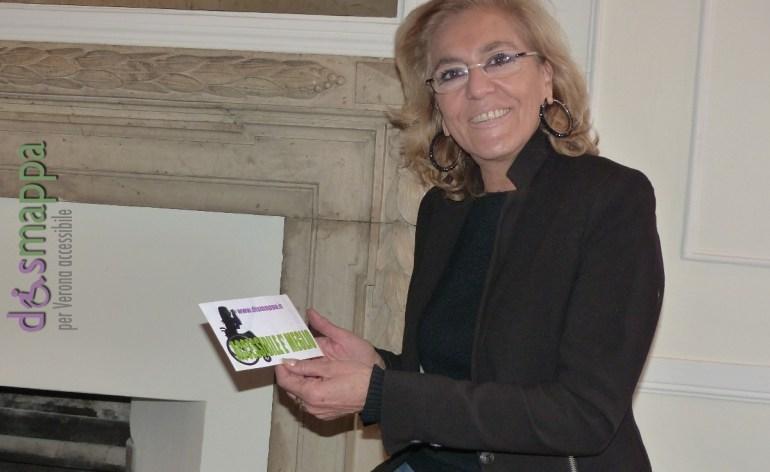 Simonetta Chesini, giornalista di Telenuovo,prima testimone di accessibilità a Casa disMappa il giorno dell'inaugurazione in occasione della Giornata Internazionale delle persone con disabilità.