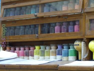 Il Colorificio Dolci, fondato nel 1910 appena fuori dal centro storico, ha davvero un fascino irresistibile. Si può parcheggiare all'interno o in strada nel parcheggio riservato ai disabili, non ci sono barriere architettoniche. E' l'unico colorificio rimasto a Verona città che crea i colori con le terre, il negozio è fornitissimo di prodotti e strumenti per la pittura (e di consigli) e i locali di produzione che ci hanno gentilmente fatto visitare valgono assolutamente una visita. Dolci Colori S.r.l. Via Cantarane, 16 - 37129 Verona, Italia