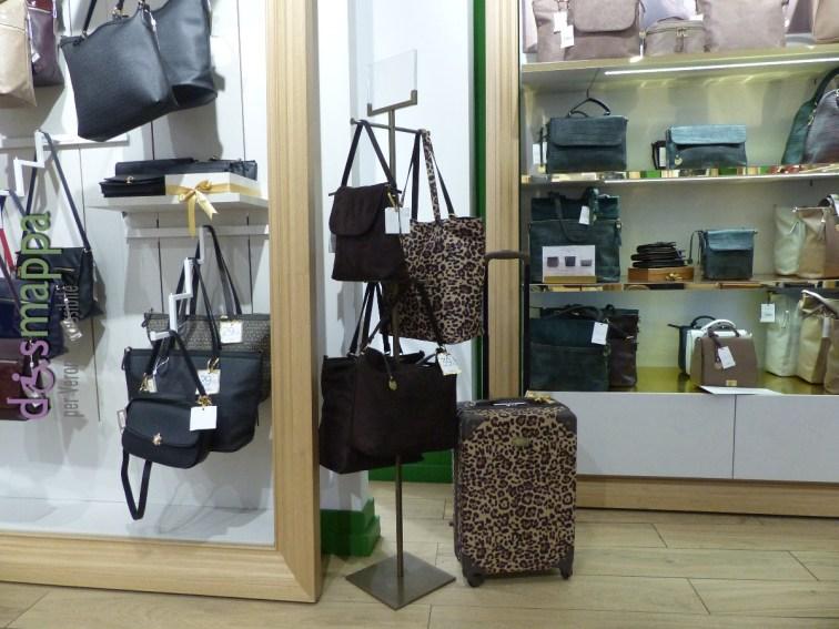 Il grande negozio di borse e valigeria Carpisa in via Mazzini 7/9 in centro a Verona ha l'entrata senza scalini e anche all'interno non ci sono barriere per chi si muove in carrozzina.
