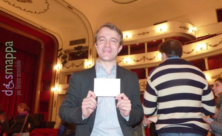 """L'attore Alex Cendron, al Teatro Nuovo di Verona con """"The Pride"""", testimone di accessibilità per dismappa."""