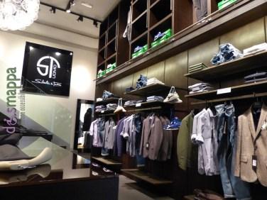 Aperto il 1° novembre 2014, il negozio di abbigliamento per uomo Silvestri & Taddei è facilmente accessibile per chi si muove in carrozzina, c'è solo un piccolo scalino in entrata.
