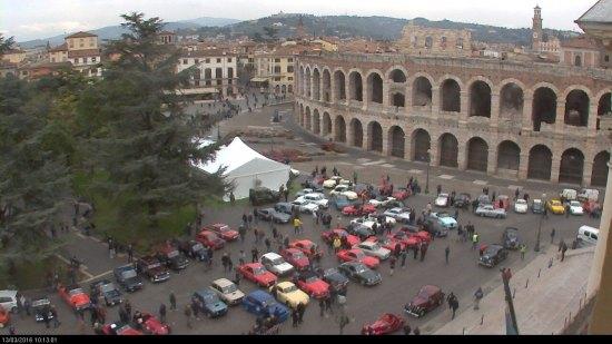 Piazza Bra farà da cornice alle 130 auto storiche iscritte al Sesto Trofeo Strade Scaligere Memorial Bruno Zorzi, che interesserà la città e molti comuni della provincia, alle 10 la partenza da piazza Bra con la presentazione delle caratteristiche di tutti i modelli.