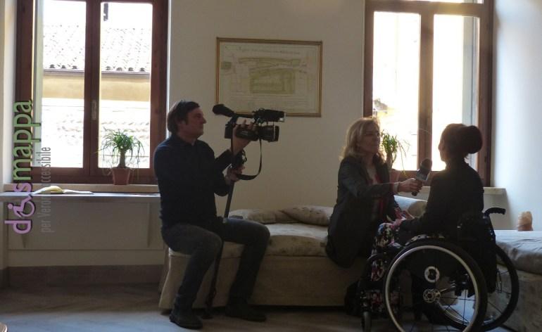 La giornalista Simonetta Chesini intervista Nicoletta Ferrari, presidente dell'associazione dismappa, all'apertura della camera dell'ospitalità gratuita per turisti disabili a verona