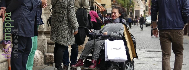 20160408 Ragazza disabile carrozzina elettrica Piazza Erbe Verona dismappa